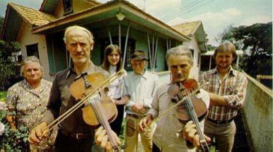 Nas horas de lazer, os lavradores deixam o campo e se juntam para tocar músicas da pátria de origem. Eles fabricam o próprio instrumento.