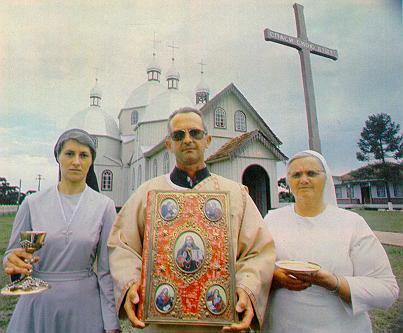 A Igreja Católica - tanto a Romana quanto a Ortodoxa - teve importante papel na colonização ucraniana. Em torno das igrejas e sob a liderança dos padres, as cidades foram sendo construídas, as lavouras desenvolveram-se e superados os obstáculos.