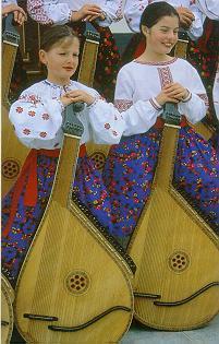 Crianças do grupo ucraniano Soloveiko, em Prudentópolis - SC, apresentando-se com suas bandurras, instrumento de 55 cordas e som suave. (Foto: Rogério Monteiro)